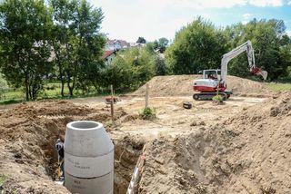 Freigelegter Kanalanschluss auf einer Baustelle