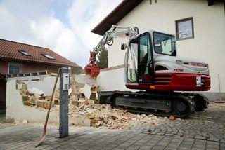 Abriss einer Garage in einem Wohngebiet