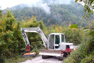 Mulch-Mäharbeiten entlang eines Weges